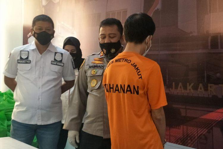 Unit PPA Satreskrim Polres Metro Jakarta Utara menangkap pelaku pelecehan seksual 2 karyawati di sebuah perusahaan di kawasan Ancol. Kasus tersebut dirilis di Polres Metro Jakarta Utara, Selasa (2/3/2021).