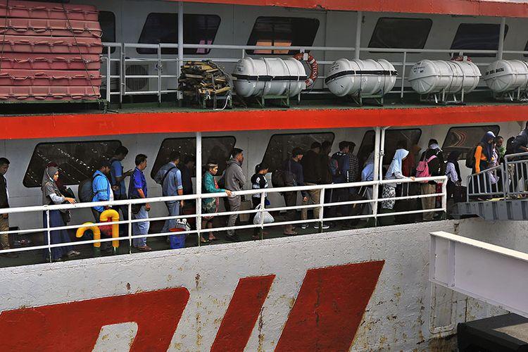 Sejumlah pemudik dari Sumatera yang pulang kampung lebih awal antre keluar dari kapal ferry di Pelabuhan Merak, Banten, Sabtu (25/5/2019). Memasuki minggu ketiga bulan puasa arus mudik di Pelabuhan Merak mulai meningkat dan puncaknya diprediksi akan terjadi pada H-5 atau tanggal 30 Mei mendatang.