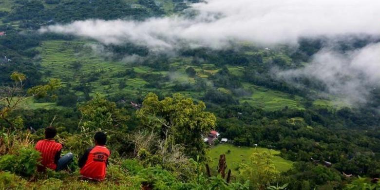 Dua anak menikmati pemandangan dari ketinggian di Lolai, Kecamatan Kapalapitu, Kabupaten Toraja Utara, Sulawesi Selatan.