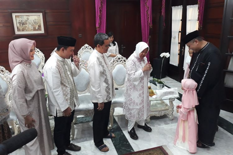Wali Kota Surabaya Tri Rismaharini menyalami Wakil Wali Kota Whisnu Sakti Buana saat menggelar open house menyambut Hari Raya Idul Fitri 1440 Hijriah di rumah dinas wali kota, Jalan Sedap Malam, Surabaya, Rabu (5/6/2019).