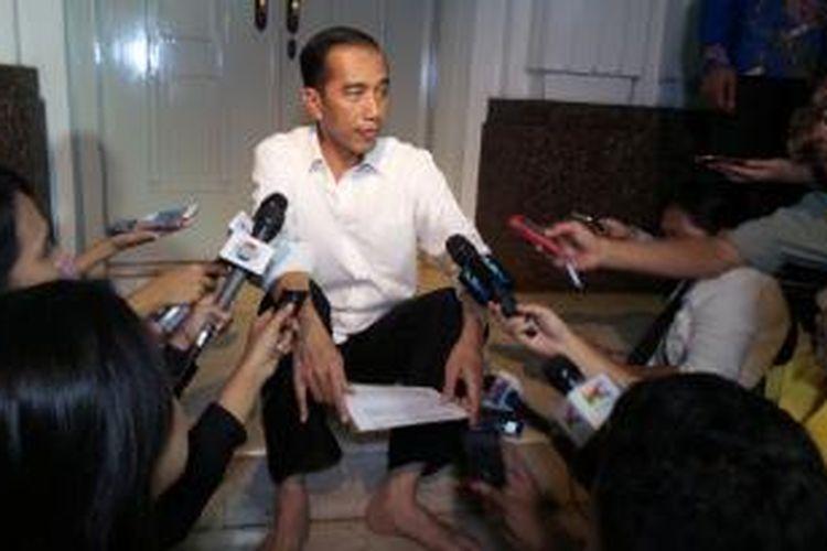 Presiden terpilih Joko Widodo saat berbincang dengan wartawan di rumah dinas kegubernuran DKI Jakarta, Jalan Taman Surapati 7, Menteng, Jakarta Pusat.