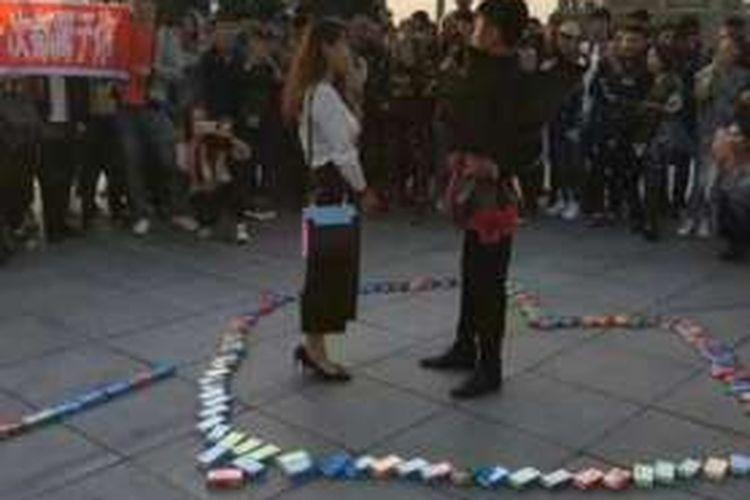 Pemuda asal kota Harbin, China menyatakan cintanya kepada gadis pujaannya di dalam lambang hati yang disusun dari 999 kotak kondom.
