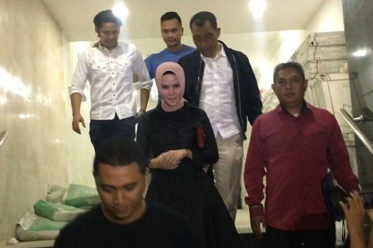 Angel Lelga (tengah) bersama Fiki Alman (kiri atas) didampingi kuasa hukum Angel, I Nyoman (kanan) usai menjalani BAP terkait laporan Angel yang diajukan kepada suaminya Vicky Prasetyo di Polda Metro Jaya, Semanggi, Jakarta Selatan, Senin (26/11/2018).