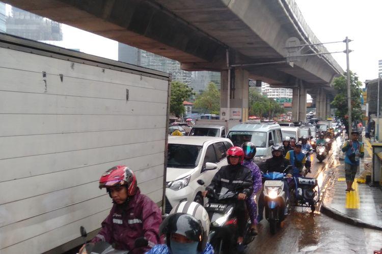 Jalan Dr Satrio dari Tanah Abang menuju Kuningan  macet total akibat dari banjir, Selasa (17/12/2019)