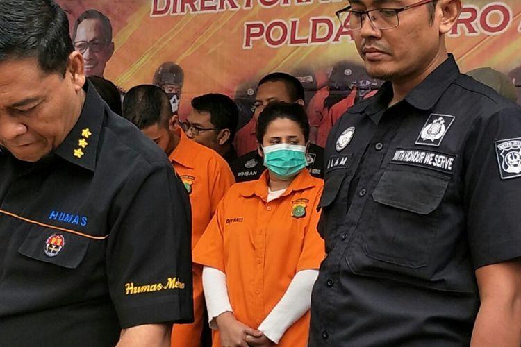 Kasus dugaan penyalahgunaan narkoba menjerat putri penyanyi dangdut Elvy Sukaesih, Dhawiya Zaida.