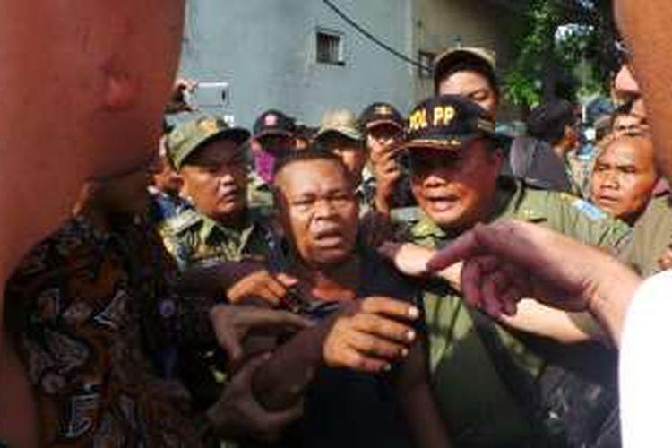 Seorang pria diduga provokator diamankan oleh personel Satpol PP DKI Jakarta, Selasa (25/10/2016).