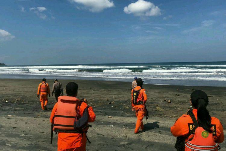 Anggota Basarnas Kantor SAR Bandung menyusuri pantai melakukan pencarian korban, Minggu (19/5/2019).