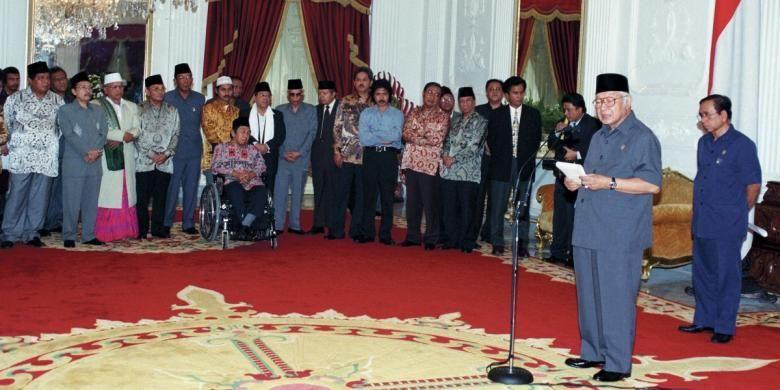Presiden Soeharto memberikan keterangan pers seusai pertemuan dengan para ulama, tokoh masyarakat, organisasi kemasyarakatan, dan ABRI di Istana Merdeka, 19 Mei 1998, dua hari sebelum mengundurkan diri menjadi presiden. Disaksikan Mensesneg Saadillah  Mursyid (paling kanan) dan para tokoh, antara lain Yusril Ihza Mahendra, Amidhan, Nurcholish Madjid, Emha Ainun Najib, Malik  Fadjar, Sutrisno Muchdam, Ali Yafie, Maruf Amin, Abdurrahman  Wahid, Cholil Baidowi, Adlani, Abdurrahman Nawi, dan Ahmad Bagdja.