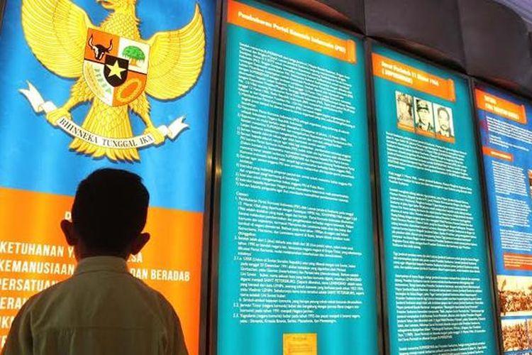 Pengunjung melihat koleksi di Museum HM Soeharto, Yogyakarta.