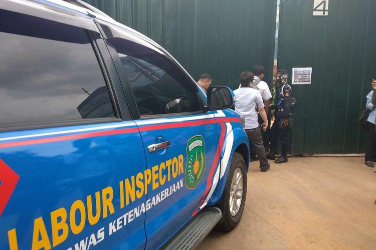 Unit reaksi cepat Kementerian Ketenagakerjaan dan Transmigrasi di Apartemen Pakubuwono Spring, Rabu (27/12/2017).