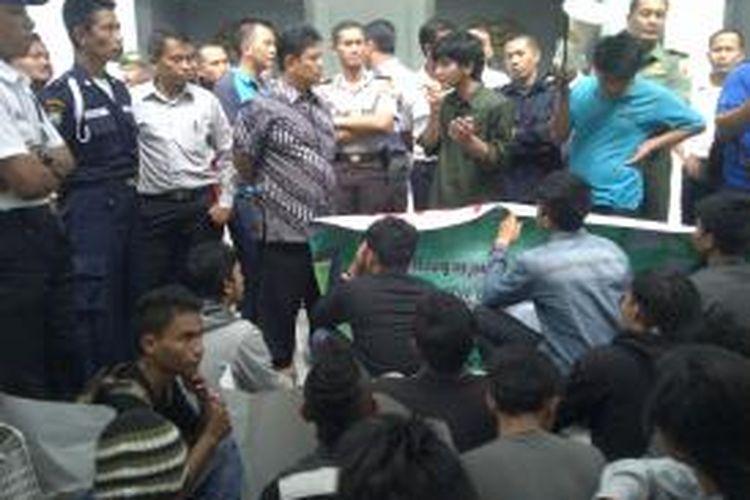 Aksi mahasiswa UIN Maliki Malang, usai terjadi bentrok antar mahasiswa saat pelaksanaan Pemilu Raya (Pemira) yang berlangsung di kampus setempat. Ada empat korban bentro yang mengalami luka parah. Rabu (18/3/2015).