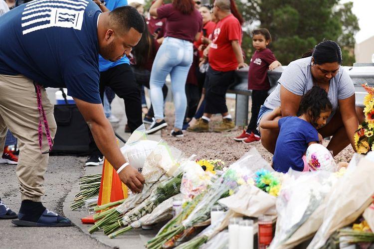 Warga meletakkan karangan bunga sebagai bentuk duka cita terhadap para korban tewas dalam insiden penembakan massal di Walmart El Paso, Texas.