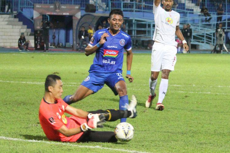 Aksi penyerang Arema FC Dedik Setiawan dalam laga lawan Barito Putera pada babak penyisihan Grup E Piala Presiden 2019 di Stadion Kanjuruhan, Kabupaten Malang, Senin (4/3/2019) malam.