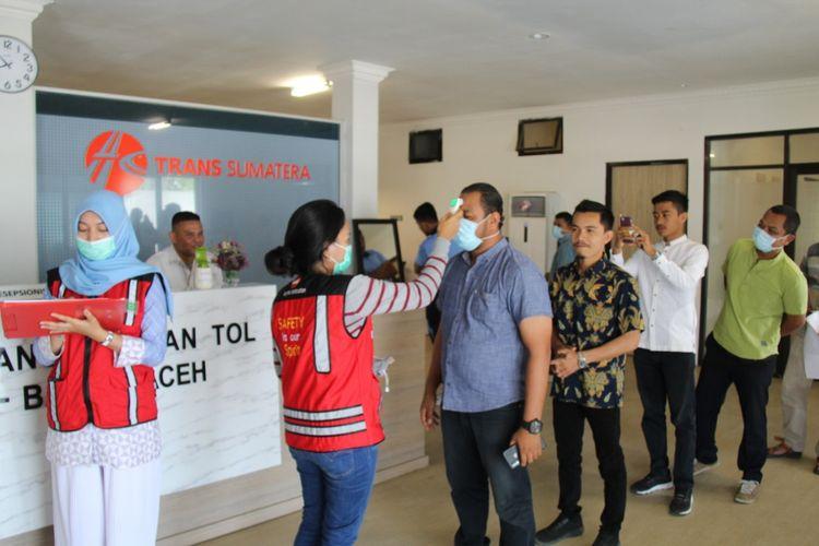 Hutama Karya melakukan sosialisasi mengenai Covid-19 kepada para pekerja di lingkungan proyek Tol Sigli-Banda Aceh.