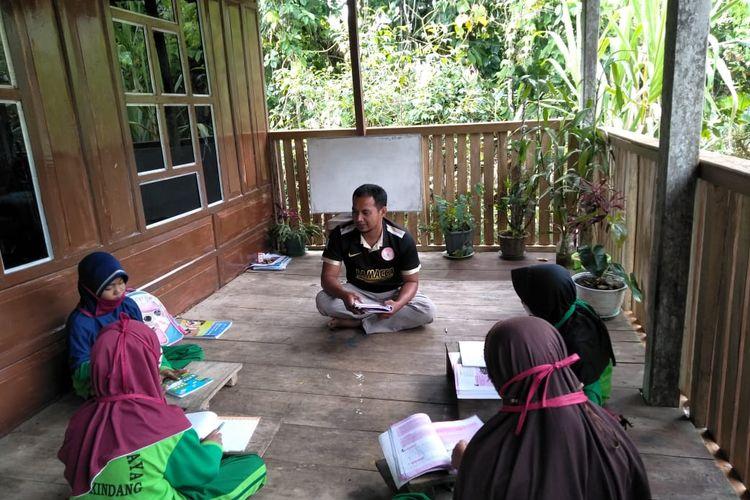 Suasana Irwan mendatangi siswa  SDN Terpencil 350 Kahayya Bulukumba, untuk belajar di rumah.