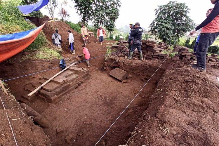 BPCB Jawa Tengah melakukan ekskavasi di lokasi penemuan candi di Desa Dieng Kulon, Kecamatan Batur, Kabupaten Banjarnegara, Jawa Tengah.