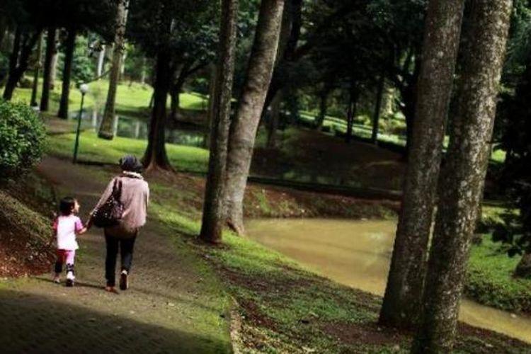 Warga bersantai di Taman Langsat yang berada di balik deretan pedagang kaki lima di kawasan Barito, Kebayoran Baru, Jakarta Selatan, Sabtu (26/1). Taman yang juga terkenal dengan sebutan hidden park ini merupakan satu dari lima belas taman di Jakarta yang dikelola dengan baik. Setidaknya ada sekitar 350 taman di Jakarta.