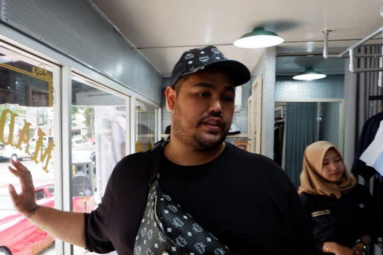 Artis sekaligus desainer Ivan Gunawan saat membuka toko barunya di Bandung, Khalif, beberapa waktu lalu.