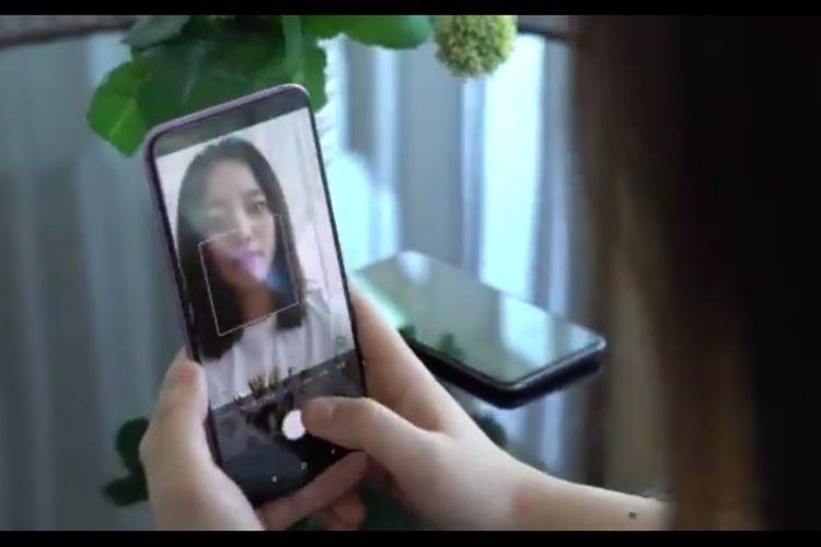 Tangkapan layar video Xiaomi yang memamerkan teknologi kamera bawah layar