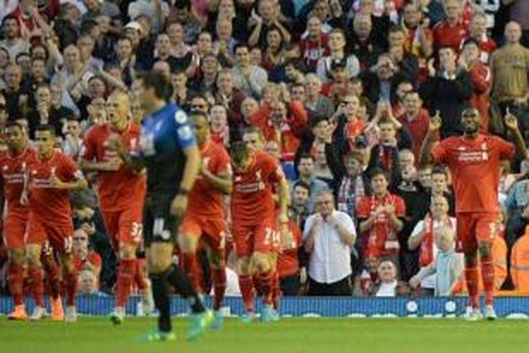 Christian Benteke (kanan( merayakan gol pertamanya untuk Liverpool ketika melawan Bournemouth pada lanjutan Premier League di Stadion Anfield, Senin waktu setempat atau Selasa (18/8/2015) dini hari WIB.