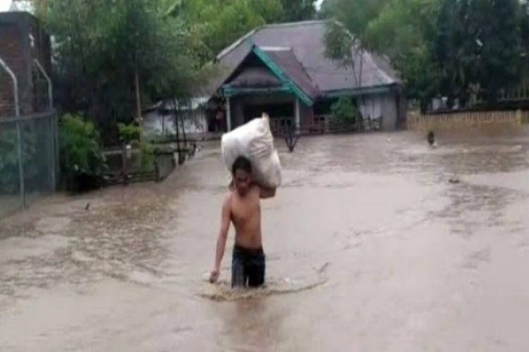 Banjir setinggi hingga dua meter lebih merendam Kabupaten Dompu, NTB pada Selasa (23/2/2021) malam. BPBD mencatat lebih dari seribu rumah warga yang tersebar di beberapa Kecamatan terdampak