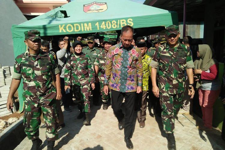 Menteri Sosial, Agus Gumiwang Kartasasmita saat menyalurkan bantuan program TNI Manunggal Membangun Desa (TMMD) di Kelurahan Sudiang, Makassar, Selasa (16/7/2019).