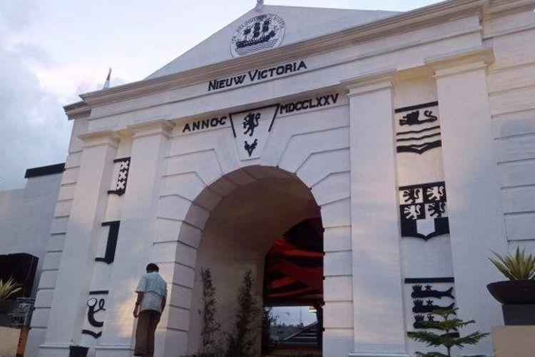 Benteng Nieuw Victoria merupakan saksi sejarah lahir dan asal-usul Kota Ambon. Di dalam foto, benteng yang dibangun Portugis ini didekorasi dalam rangka hari ulang tahun ke-446 Kota Ambon di Tribun Lapangan Merdeka, Ambon, Maluku. Foto diambil pada Senin (6/9/2021).