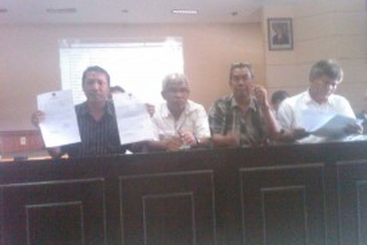 Ketua tim advokasi dan tim sukses pasangan nomor urut 6, MQ Iswara - Asep Dedy Ruyadi (IDE), yakni, Agus Sihombing (kiri) didampingi para tim suksesnya sedang memperlihatkan surat edaran kehadiran saksi untuk hadir di tempat pemungutan suara (TPS) di 4.118 TPS yang dianggapnya surat tersebut telah melanggar aturan, dalam konferensi persnya, di kantor DPD Golkar, Jalan Maskumambang, Minggu, (23/6/2013).