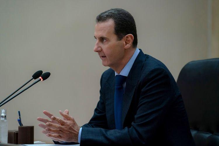 Presiden Suriah Bashar al-Assad berpidato di komite pemerintah yang mengawasi langkah-langkah untuk mencegah penyebaran penyakit virus corona (COVID-19), di Damaskus, Suriah dalam selebaran ini yang dirilis oleh SANA pada 4 Mei 2020
