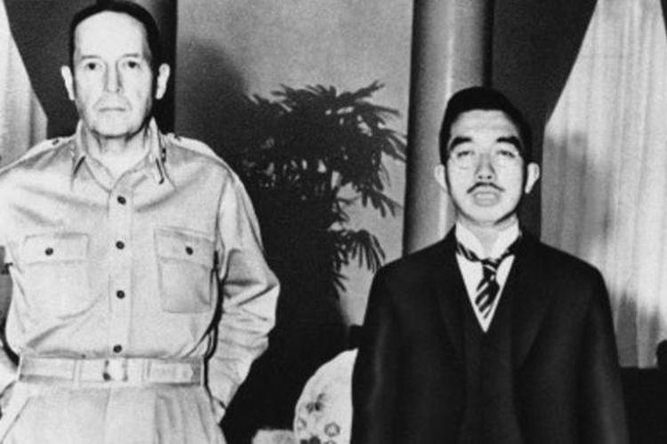 Dalam foto yang diambil pada 1945 ini terlihat Jenderal Douglas MacArthur bersama dengan Kaisar Hirohito dari Jepang.