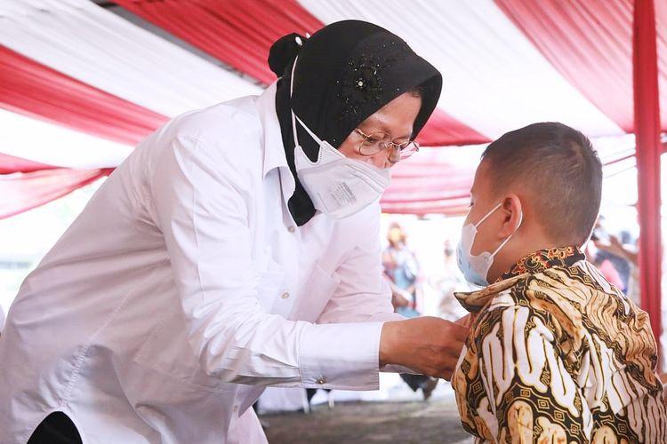 Menteri Sosial (Mensos) Tri Rismaharini bersama anak yatim dalam acara Peresmian Sentra Kreasi Atensi (SKA) di Balai Mulya Jaya, Jakarta, Kamis (9/9/2021).
