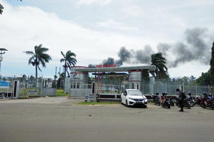 Pintu masuk PT Pertamina (Persero) RU VI Balongan Indramayu di sebelah Barat. PT Pertamina (Persero) saat ini sedang sedang melakukan pembebasan lahan terhadap warga di tiga desa Kecamatan Balongan untuk menggarap megaproyek Petrochemical Complex.