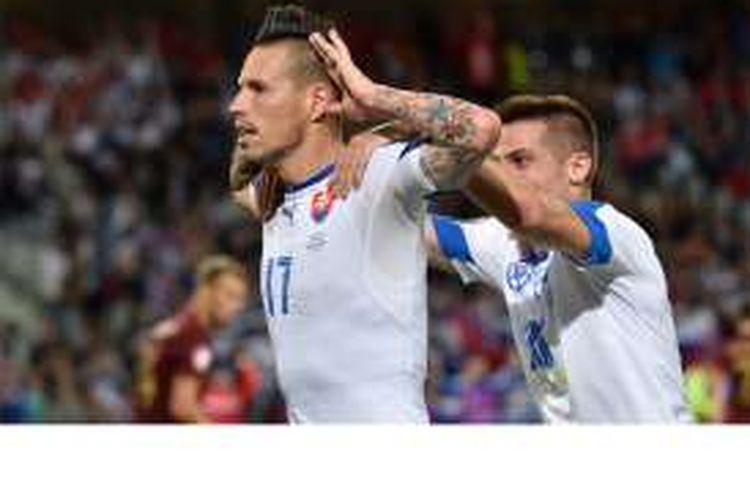 Gelandang Slowakia, Marek Hamsik, melakukan selebrasi setelah mencetak gol ke gawang Rusia pada pertandingan penyisihan Grup B Piala Eropa 2016 di Stadion Pierre-Mauroy, Villeneuve-d'Ascq, Rabu (15/6/2016). Slowakia menang 2-1.