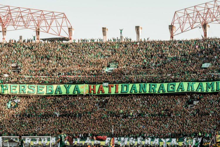 Bonek Mania memenuhi tribune Stadion Gelora Bung Tomo.