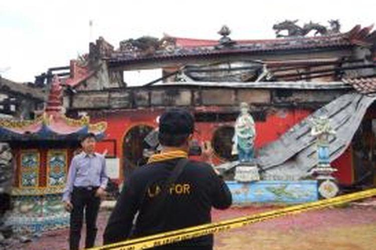 Tim labfor Polda Jatim Senin (16/06/2014) memeriksa reruntuhan sisa bangunan klenteng Ho Tong Bio yang terbakar