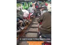 Viral Video Pengendara Motor Naik Truk Trailer demi Terjang Banjir di Jakarta