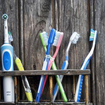 Beberapa sikat gigi yang disimpan berdekatan dapat menyebarkan bakteri satu sama lain, terutama jika tidak diganti secara rutin