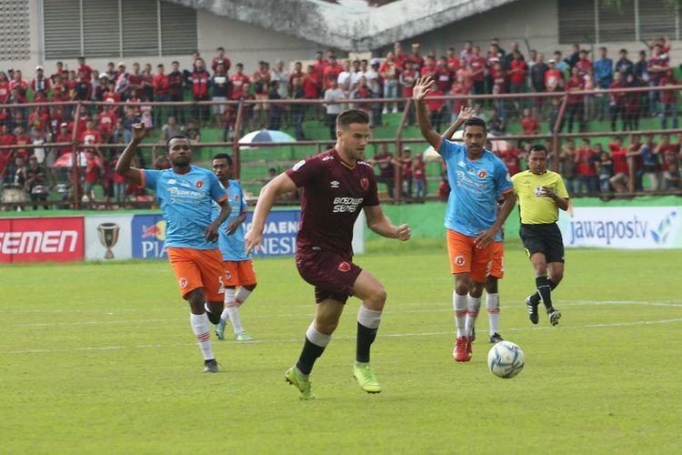 Eero Markkanen (tengah) saat membela PSM Makassar melawan Perseru Serui pada laga leg pertama babak 16 besar Piala Indonesia di Stadion Andi Matalatta, Sabtu (16/02/2019).