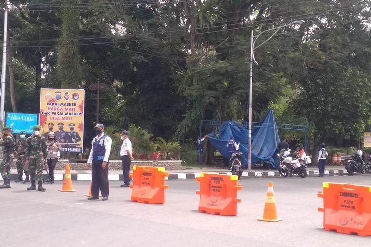 Foto: Personil TNI Polri dan Dishub Kota Pematangsiantar berjaga di pos penyekatan di jalan masuk pusat kota di Jalan Merdeka, Kecamatan Siantar Barat, Kota Pematangsiantar, Sabtu 14 Agustus 2021.