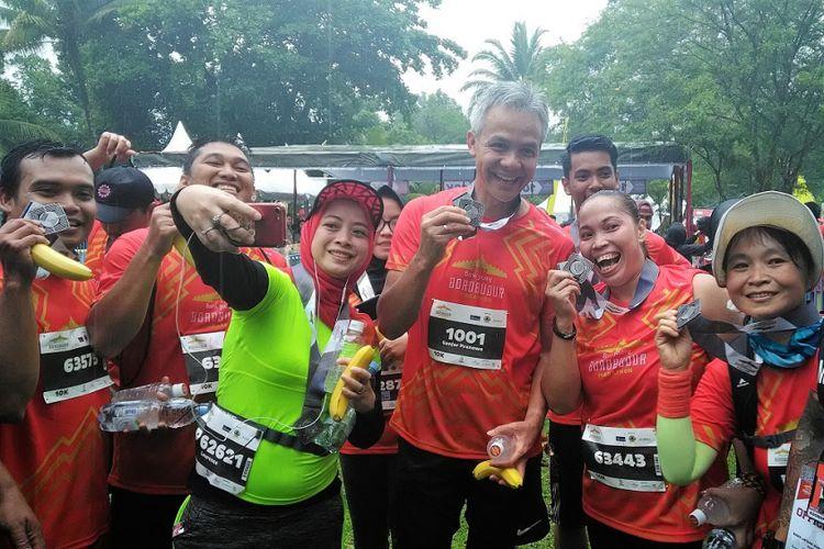 Gubernur Jawa Tengah Ganjar Pranowo Wefie dengan peserta Bank Jateng Borobudur Marathon 2017, Minggu (19/11/2017)