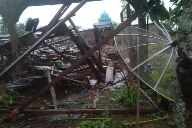 Angin puting beliung merusak rumah warga di Desa Sanglar, Kecamatan Reteh, Kabupaten Indragiri Hilir (Inhil), Riau. Dok Istimewa