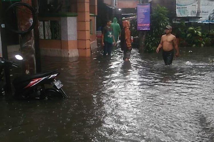 Sejumlah wilayah di Kecamatan Mampang Prapatan, Jakarta Selatan terendam banjir pada Kamis (18/2/2021) siang.