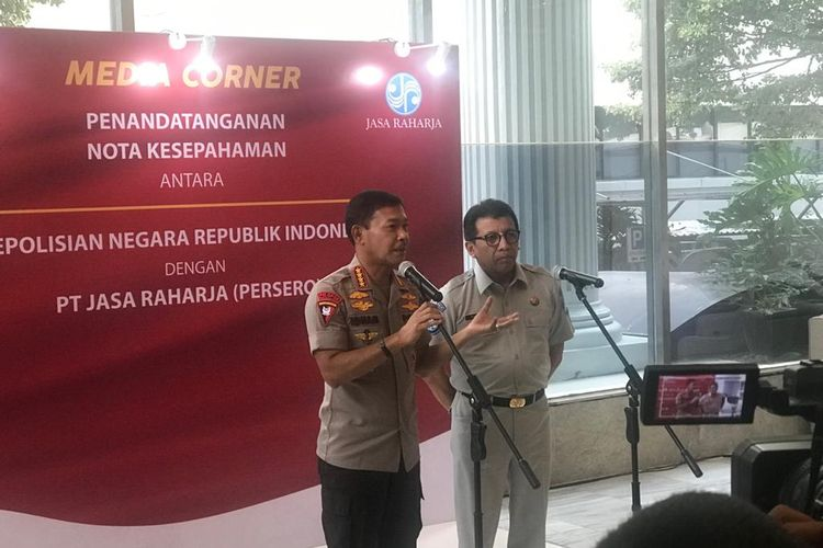 Direktur Utama Jasa Raharja Budi Rahardjo (kanan) di kantornya, Jakarta Selatan, Rabu (5/2/2020).