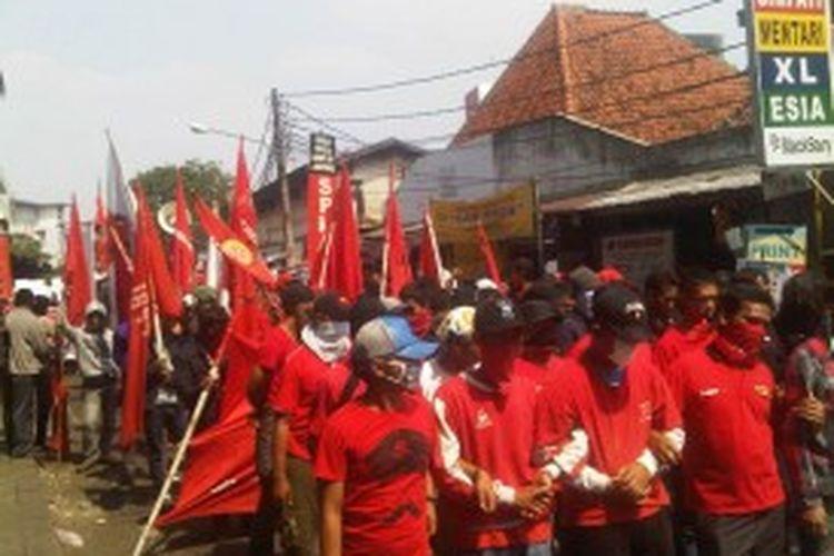 Massa pekerja perkeretaapian sudah memenuhi Stasiun Juanda,  Jakarta Pusat, Selasa (25/6/2013)