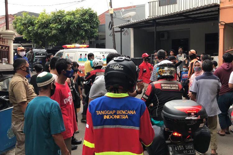 Mobil ambulans yang membawa jenazah Rizki Febriansyah (5) tiba di depan Jalan Pondok Karya 9 Gang Menara RT 04 RW 13, Pela Mampang, Mampang Prapatan, Jakarta pada Selasa (2/11/2020) sekitar pukul 16.47 WIB. Rizki hanyut di Kali Mampang Pondok Karya dan ditemukan di Pelabuhan Muara Angke pada Selasa (2/11/2020) siang.