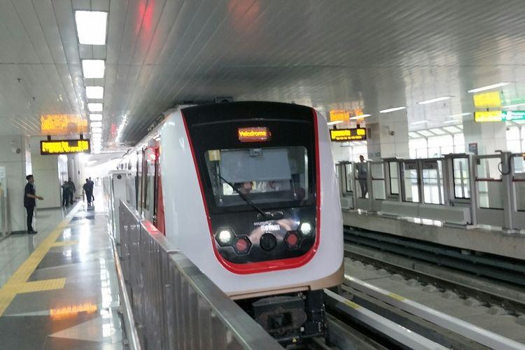LRT Jakarta beroperasi secara komersial mulai Minggu (1/12/2019). Foto diambil di Stasiun Velodrome.