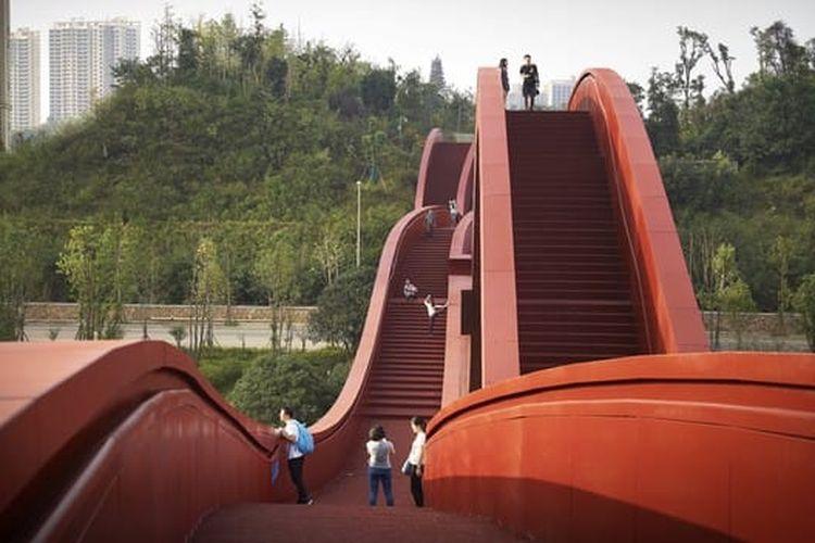 Jembatan ini menawarkan pemandangan sungai yang spektakuler, Danau Meixi, kota Changsha, dan pegunungan sekitarnya.