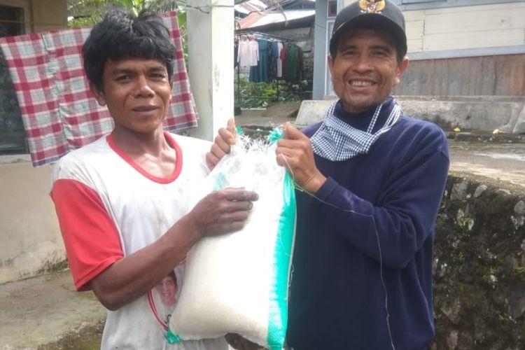 Camat Malalak Riki Eka Putra memberikan bantuan beras Pemkab Agam kepada warga yang terdampak wabah Covid-19 beberapa.waktu lalu