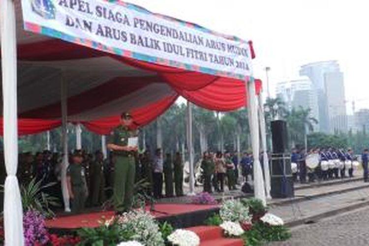 Plt Gubernur DKI Jakarta Basuki Tjahaja Purnama saat menjadi Pembina upacara dalam apel siaga pengendalian arus mudik dan arus balik Idul Fitri 1435 Hijriah, di Silang Selatan Monas, Jakarta, Senin (21/7/2014).