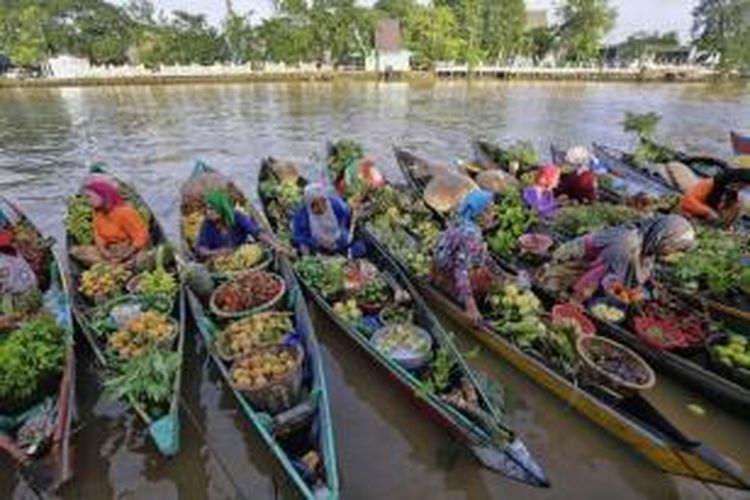 Pasar terapung Sungai Martapura di pusat Kota Banjarmasin, Kalimantan Selatan, 23 Maret 2014. Berbeda dengan pasar terapung lainnya di Kalsel, pasar terapung yang baru ada setahun ini sengaja diadakan tiap minggu pagi berbarengan dengan kegiatan car free day.